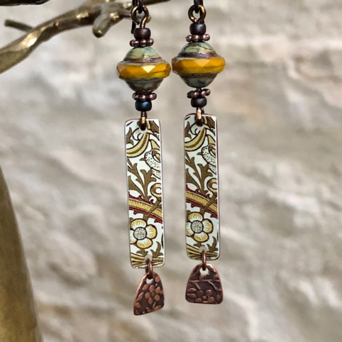 Boucles d'oreilles composèes de pendentifs artisanaux en cuivre illustré et de perles tchèques. Crochets d'oreilles en niobium. Pièces uniques.