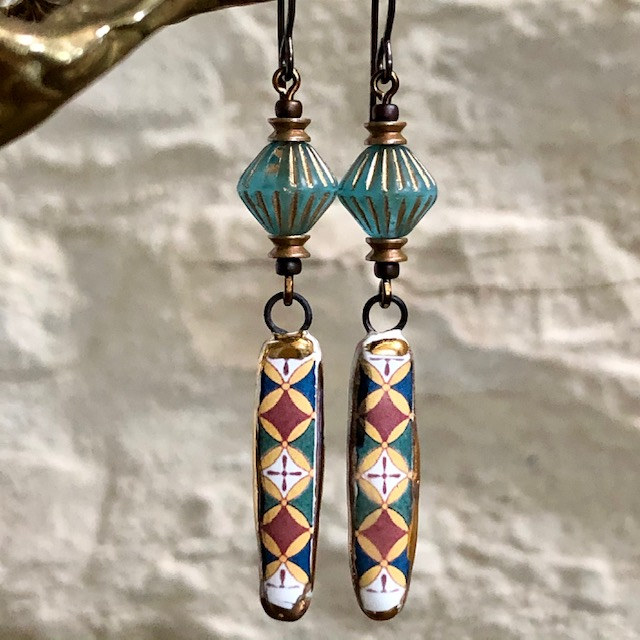 Boucles d'oreilles composées de pendentifs artisanaux en céramique et de perles en verre tchèque. Crochets d'oreilles en laiton. Pièces uniques.