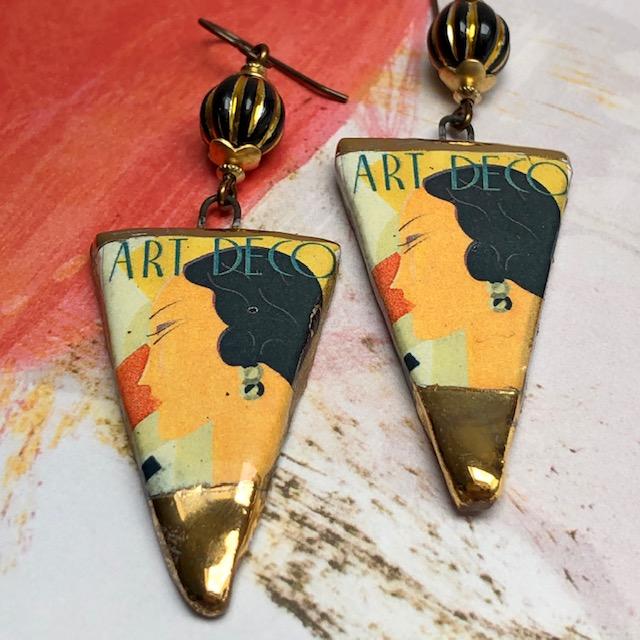 Boucles d'oreilles composées de pendentifs artisanaux en céramique et de perles noires en verre tchèque. Crochets d'oreilles en laiton. Pièces uniques.