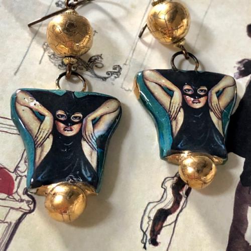 Boucles d'oreilles composées de pendentifs et de perles artisanaux en céramique. Crochets d'oreilles en laiton. Pièces uniques.