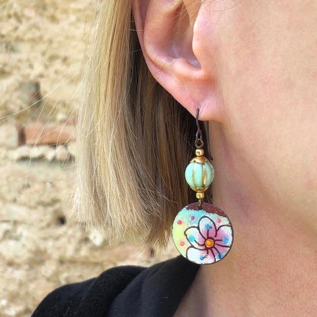 Boucles d'oreilles composées de pendentifs artisanaux en cuivre émaillé et de perles en verre tchèque. Crochets d'oreilles en laiton. Pièces uniques.