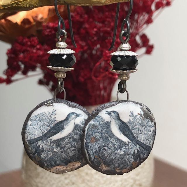 Boucles d'oreilles composées de pendentifs artisanaux en céramique et de perles facettées noires en cristal. Crochets d'oreilles en niobium. Pièces uniques.