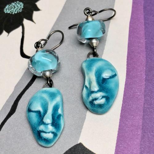 Boucles d'oreilles composées de pendentifs artisanaux en céramique et de perles lampwork. Crochets d'oreilles en niobium. Pièces uniques.