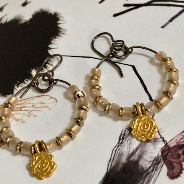 Créoles composées de breloques en vermeil Thaï Karen, de perles de rocaille japonaises et de petites perles en laiton. Crochets d'oreilles en laiton.