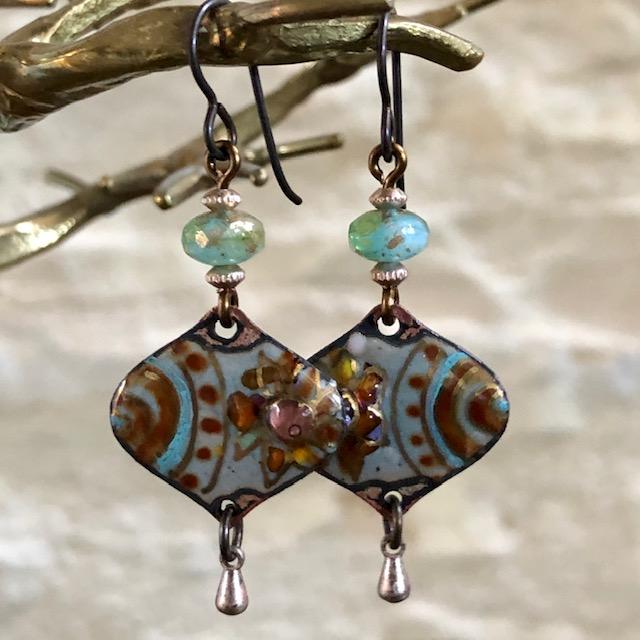 Boucles d'oreilles composées de pendentifs en laiton émaillé et de perles en verre tchèque. Crochets d'oreilles en laiton. Pièces uniques.