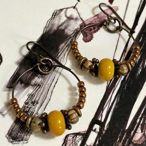 Créoles composées de perles lampwork, de perles de rocailles japonaises et de perles en laiton. Crochets d'oreilles en laiton.