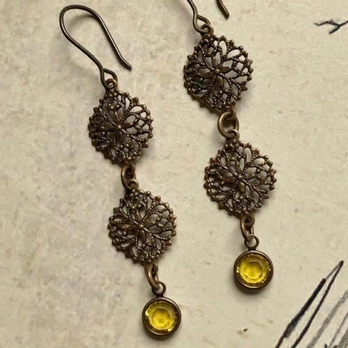 Boucles d'oreilles composées d'estampes en laiton et de breloques en cristal Swarovski vert chartreuse. crochets d'oreilles en laiton.
