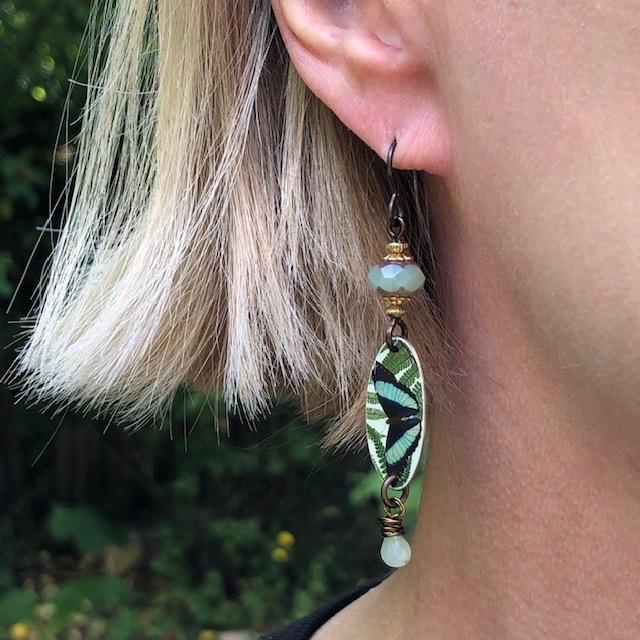 Boucles d'oreilles composées de pendentifs artisanaux en cuivre illustré et de perles en verre tchèque. Crochets d'oreilles en laiton. Pièces uniques.