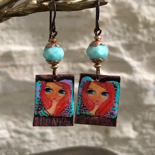 Boucles d'oreilles composées de pendentifs artisanaux en cuivre émaillé et de perles facettées en amazonite. Crochets d'oreilles en niobium. Pièces uniques.
