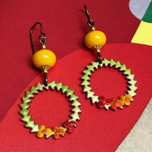 Boucles d'oreilles composées de pendentifs artisanaux en cuivre émaillé et de perles lampwork. Crochets d'oreilles en laiton. Pièces uniques.