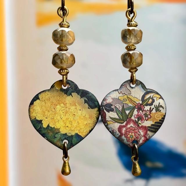 Boucles d'oreilles composées de pendentifs artisanaux en cuivre émaillé et de perles tchèques. Crochets d'oreilles en laiton. Pièces uniques.
