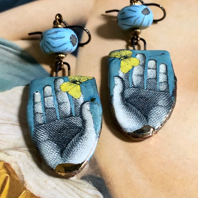 Boucles d'oreilles composées de pendentifs artisanaux en céramique et de perles artisanales en pâte polymère. Crochets d'oreilles en laiton. Pièces uniques.