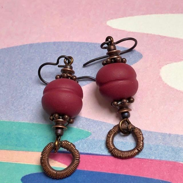Boucles d'oreilles composées de pendentifs artisanaux en pâte polymère et de perles en cuivre et en laiton. Crochets d'oreilles en laiton.