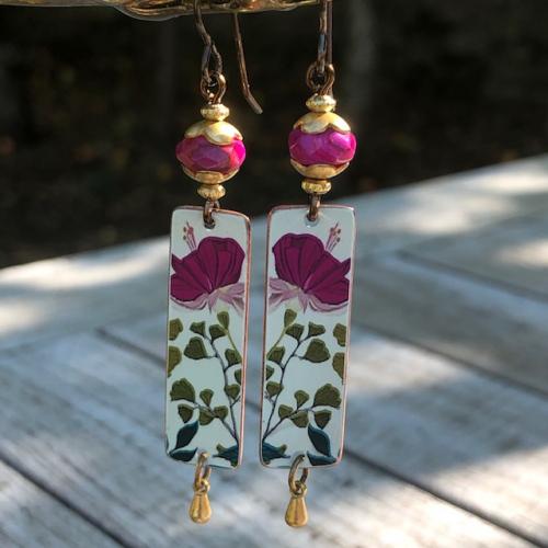 Boucles d'oreilles composées de pendentifs artisanaux en cuivre illustré et de perles en rhodonite rose. Crochets d'oreilles en laiton. Pièces uniques.