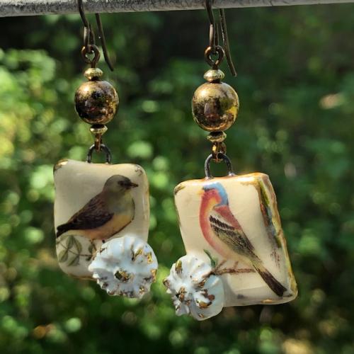 Boucles d'oreilles composées de pendentifs artisanaux en céramique et de perles en verre tchèque. Crochets d'oreilles en niobium. Pièces uniques.