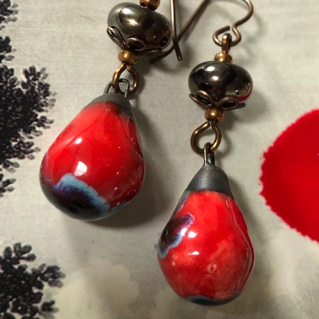 boucles d'oreilles asymétriques composées de pendentifs artisanaux en céramique et de perles artisanales en verre filé au chalumeau