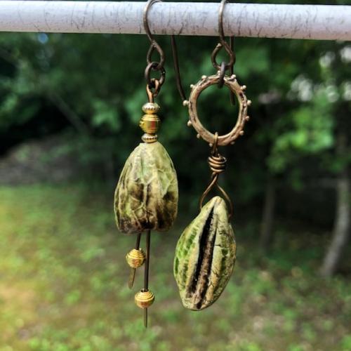 Boucles d'oreilles composées de breloques artisanales en céramique, de perles en vermeil Thaï Karen et d'una nneau en bronze. Crochets d'oreilles en laiton. Pièces uniques.