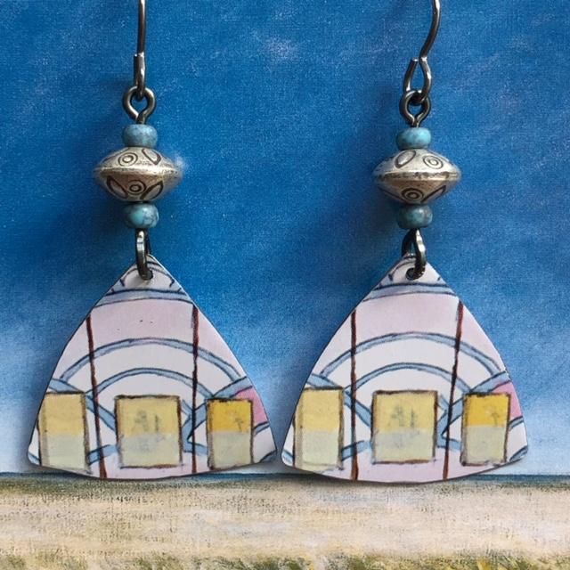Boucles d'oreilles composées de pendentifs artisanaux en métal illustré et de perles en argent Thaï Karen. Crochets d'oreilles en niobium. Pièces uniques.
