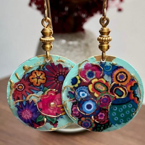 Boucles d'oreilles composées de pendentifs artisanaux en laiton émaillé et de perles en vermeil ThaÏ Karen. Crochets d'oreilles en vermeil. Pièces uniques.