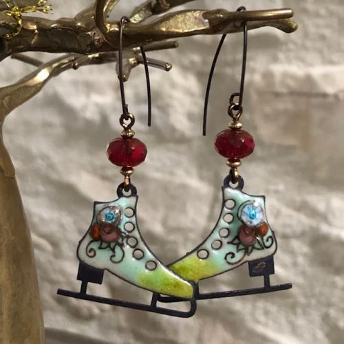 Boucles d'oreilles composées de pendentifs artisanaux en laiton émaillé et de perles en verre tchèque rouges. Crochets d'oreilles en laiton. Pièces uniques.