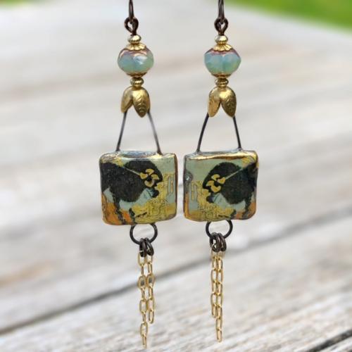 boucles d'oreilles sont composées de ravissants pendentifs artisanaux en céramique et de jolies perles en verre tchèque.