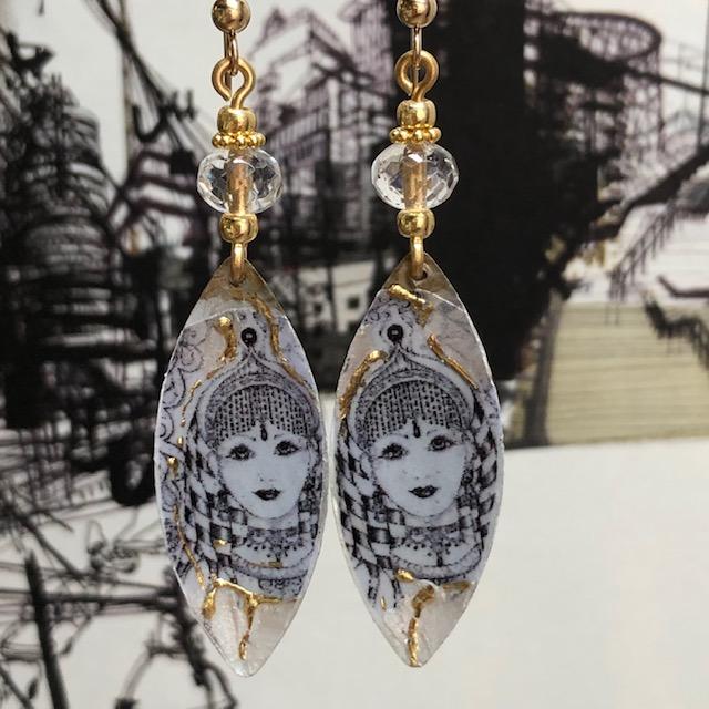 Boucles d'oreilles composées de pendentifs artisanaux en laiton émaillé et de perles en verre tchèque. Crochets d'oreilles en vermeil. Pièces uniques.