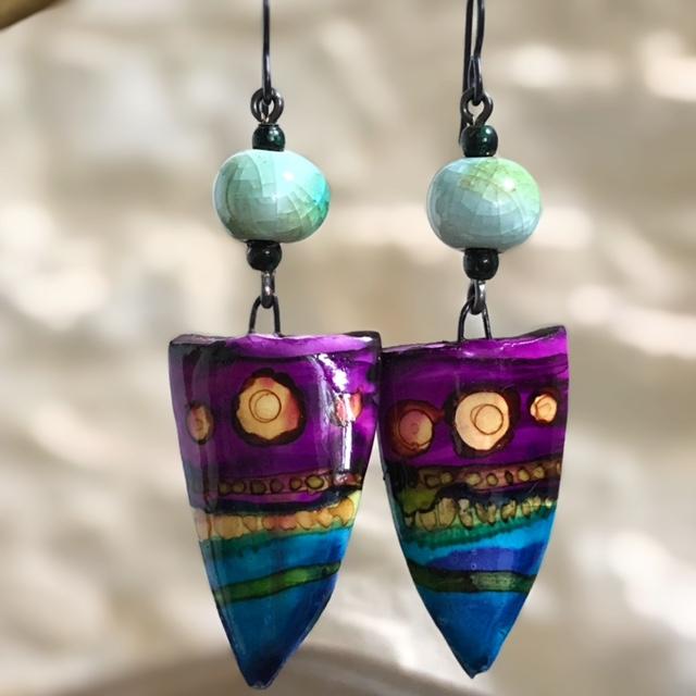 Boucles d'oreilles composées de perles et de pendentifs artisanaux en céramique. Crochets d'oreilles en niobium. Pièces uniques.
