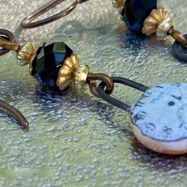 Boucles d'oreilles composées de pendentifs artisanaux en céramique et de perles en cristal. Crochets d'oreilles en laiton. Pièces uniques.