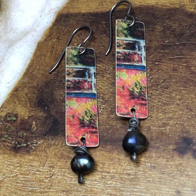Boucles d'oreilles composées de pendentifs artisanaux en cuivre illustré et de perles d'eau douce. Crochets d'oreilles en niobium. Pièces uniques.