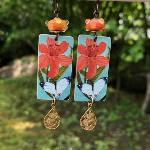 Boucles d'oreilles composées de pendentifs artisanaux en cuivre illustré et de perles lampwork. Crochets d'oreilles en laiton. Pièces uniques.