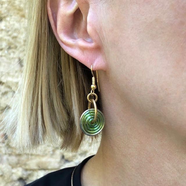 Boucles d'oreilles composées de magnifiques perles lampwork et de jolis anneaux dorés. Crochets d'oreilles en métal.