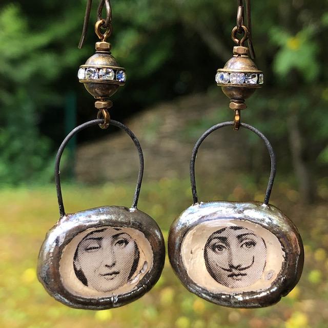 pendentifs artisanaux en céramique et résine à de jolies perles en laiton ornées de strass. C