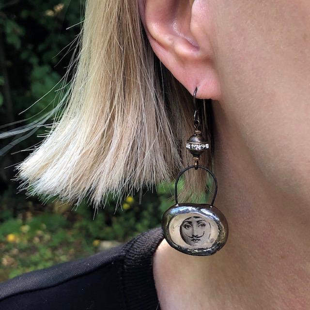pendentifs artisanaux en céramique et résine à de jolies perles en laiton ornées de strass.