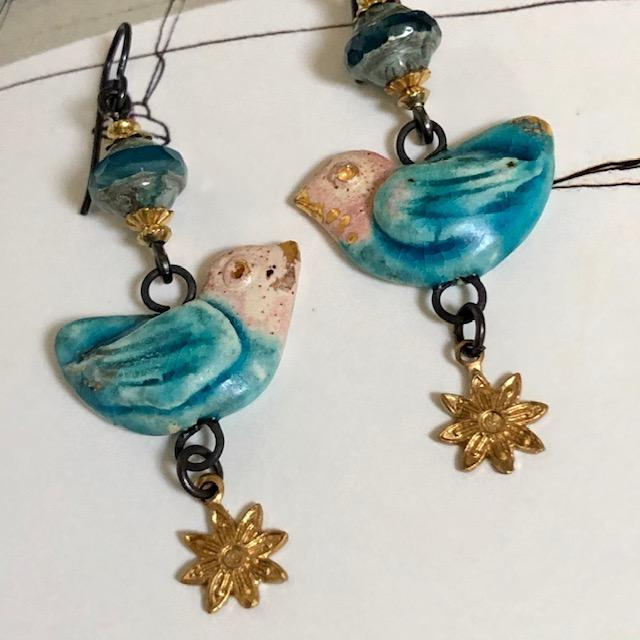 boucles d'oreilles se composent de ravissants pendentifs artisanaux en céramique, de perles tchèques et de breloques en laiton.