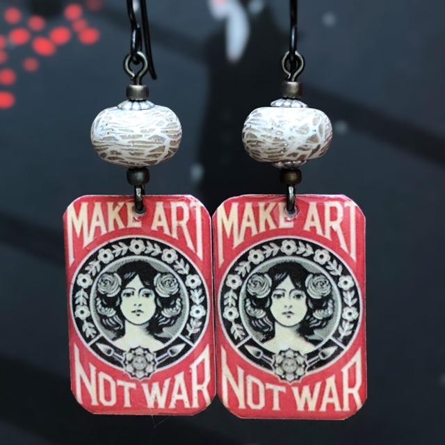 Boucles d'oreilles composées de pendentifs artisanaux en résine et de perles artisanales en pâte polymère. Crochets d'oreilles en laiton. Pièces uniques.