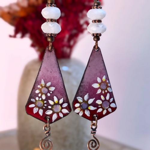 Boucles d'oreilles composées de pendentifs artisanaux en cuivre émaillé et de perles en pierre de lune. Crochets d'oreilles en niobium. Pièces uniques.