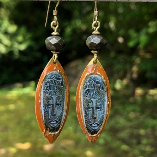 Boucles d'oreilles composées de breloques artisanales en laiton émaillé et de perles facettées en pyrite. Crochets d'oreilles en vermeil. pièces uniques.