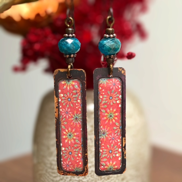 Boucles d'oreilles composées de pendentifs artisanaux en cuivre émaillé et de perles en apatite. Crochets d'oreilles en laiton. Pièces uniques.
