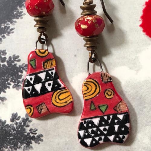 Boucles d'oreilles composées de pendentifs peints à la main en porcelaine émaillée et de perles en verre tchèque. Pièces uniques.