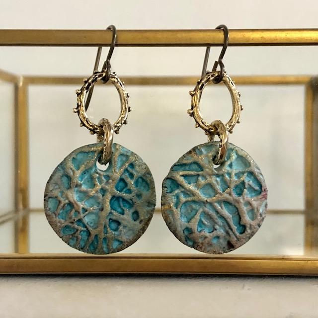 Boucles d'oreilles composées de pendentifs artisanaux en céramique et d'anneaux en bronze. Crochets d'oreilles en niobium. Pièces uniques.