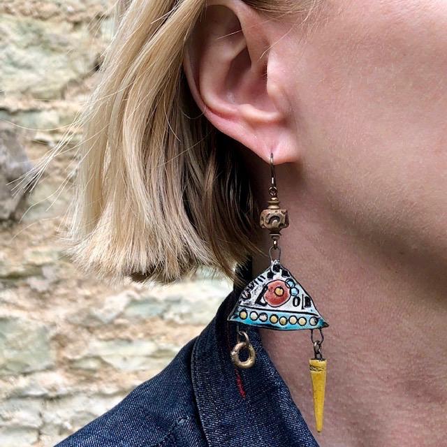 Boucles d'oreilles composées de pendentifs artisanaux en céramique, de perles en pâte polymère et de perles africaines en laiton. Pièces uniques.