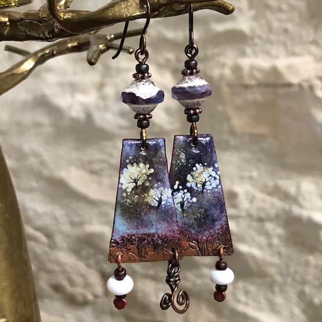 Boucles d'oreilles composées de pendentifs artisanaux en cuivre émaillé, de perles en verre tchèque. Crochets d'oreilles en niobium. Pièces uniques.