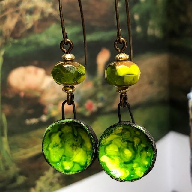 Boucles d'oreilles composées de pendentifs artisanaux en céramique et de perles en verre tchèque. Crochets d'oreilles en laiton.