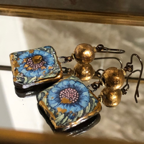 Boucles d'oreilles composées de perles et de pendentifs artisanaux en céramique. Crochets d'oreilles en laiton. Pièces uniques.