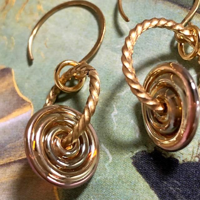 Boucles d'oreilles composées de superbes perles lampwork et de jolis anneaux en métal doré. Crochets d'oreilles en métal.