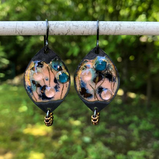 Boucles d'oreilles composées de pendentifs artisanaux en laiton émaillé et de perles de rocaille Toho. Crochets d'oreilles en niobium. Pièces uniques.