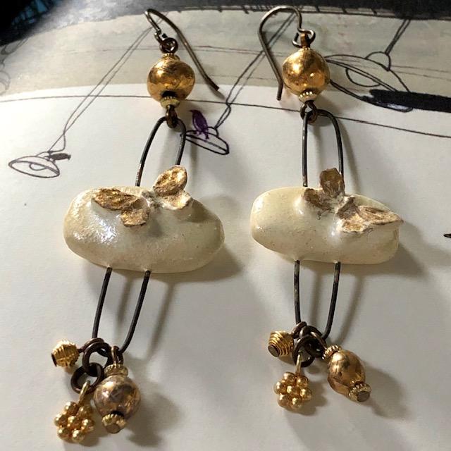 Boucles d'oreilles composées de perles et pendentifs artisanaux en céramique. Breloques en vermeil Thaï Karen. Pièces uniques.