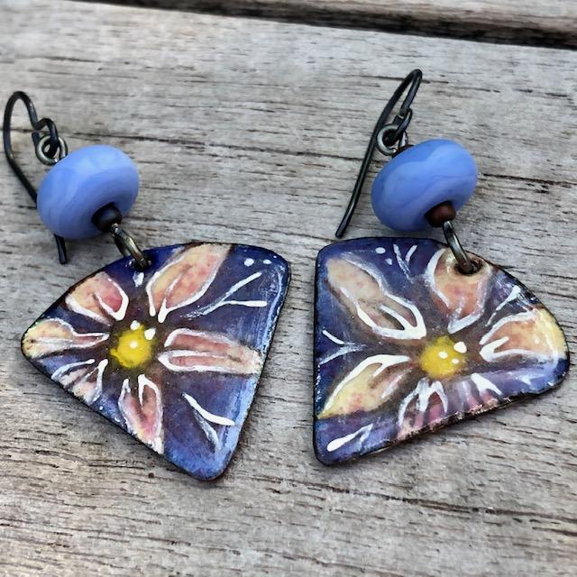 Boucles d'oreilles composées de pendentifs artisanaux en cuivre émaillé et de perles Lampwork. Crochets d'oreilles en niobium. Pièces uniques.