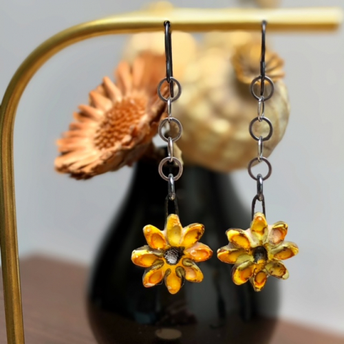Boucles d'oreilles composées de pendentifs artisanaux en céramique et d'une chaîne en argent oxydé. Crochets d'oreilles en niobium. Pièces uniques.