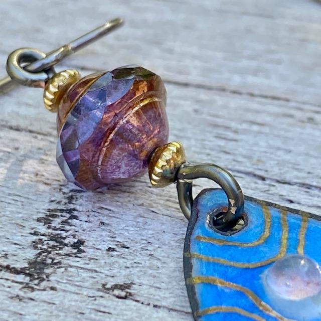 Boucles d'oreilles composées de pendentifs artisanaux en laiton émaillé et de perles en verre de Bohême. Crochets d'oreilles en niobium. Pièces uniques.